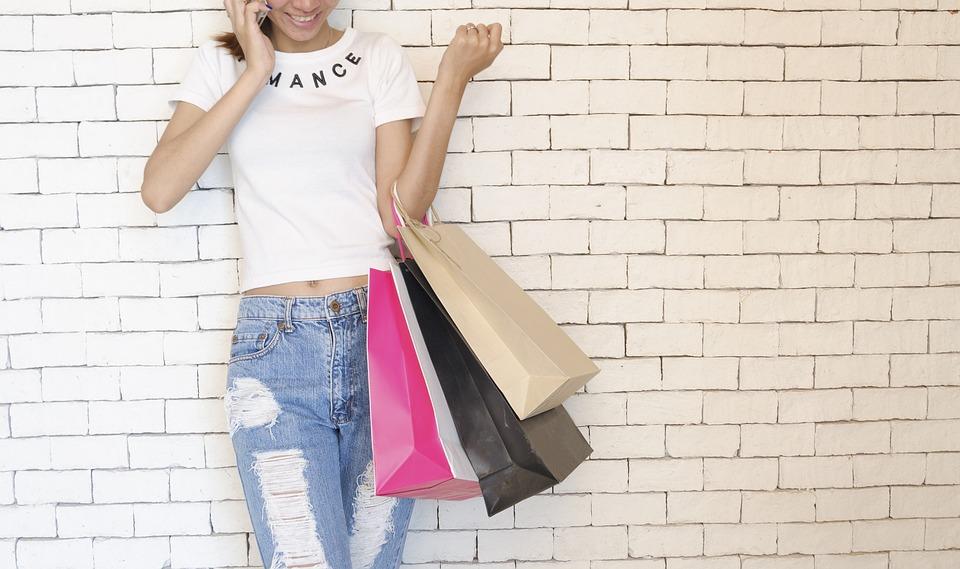 Le tote bag est un outil publicitaire et pratique de transporter des objets essentiels de manière confortable. C'est pour garder les affaires ou des aliments lors des shoppings. Avec le tote bag personnalisable fabriqué par des matériaux durables, vous pouvez transporter des objets comme des bouteilles d'eau et des appareils numériques. Vous pouvez aussi afficher votre logo et l'activité de votre entreprise avec vos tote bag. Il ne quittera pas son propriétaire et sera un merveilleux outil pour afficher votre logo. Offrir à vos clients un tote bag publicitaire, une idée cadeau pour un évènement Offrir des cadeaux d'entreprise est l'un des moyens les plus efficaces de manifester votre reconnaissance envers vos clients et vos partenaires. Voulez-vous à la fois manifester votre reconnaissance et montrer votre engagement envers l'environnement. Découvrez notre sélection de cadeaux publicitaire en matériaux durables. Le tote bag publicitaire idée cadeau pour un évènement contribue à améliorer la perception de votre marque, ne manquez pas cette occasion de faire passer le message qu'il faut sur votre entreprise. C'est aussi un cadeau d'entreprise pour fidéliser vos clients et éveiller l'attention de vos prospects pour des stratégies marketing réussies. Que ce soit pour un anniversaire, un séminaire ou un autre évènement, vous êtes toujours à la recherche d'un cadeau idéal. Ce qui est certain, c'est que parmi toutes vos exigences, le cadeau ce doit être original et créatif. Le tote bag publicitaire peut être personnalisé, renforçant le caractère original. Ce cadeau publicitaire est utilisé pour s'identifier durant les salons, les collègues ou autres évènements. Ce type d'objet permet d'obtenir une meilleure visibilité de l'entreprise. C'est un objet pas cher, mais utilisable pour chaque évènement. Offrir un tote bag encouragera et motivera les employés à travailler pour augmenter les ventes. Pour communiquer avec les clients, opter avec un tote bag publicitaire Le tote bag