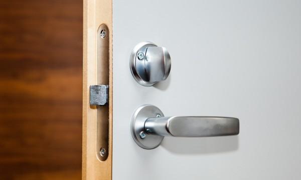 Comment réparer une porte qui ne restera pas fermée